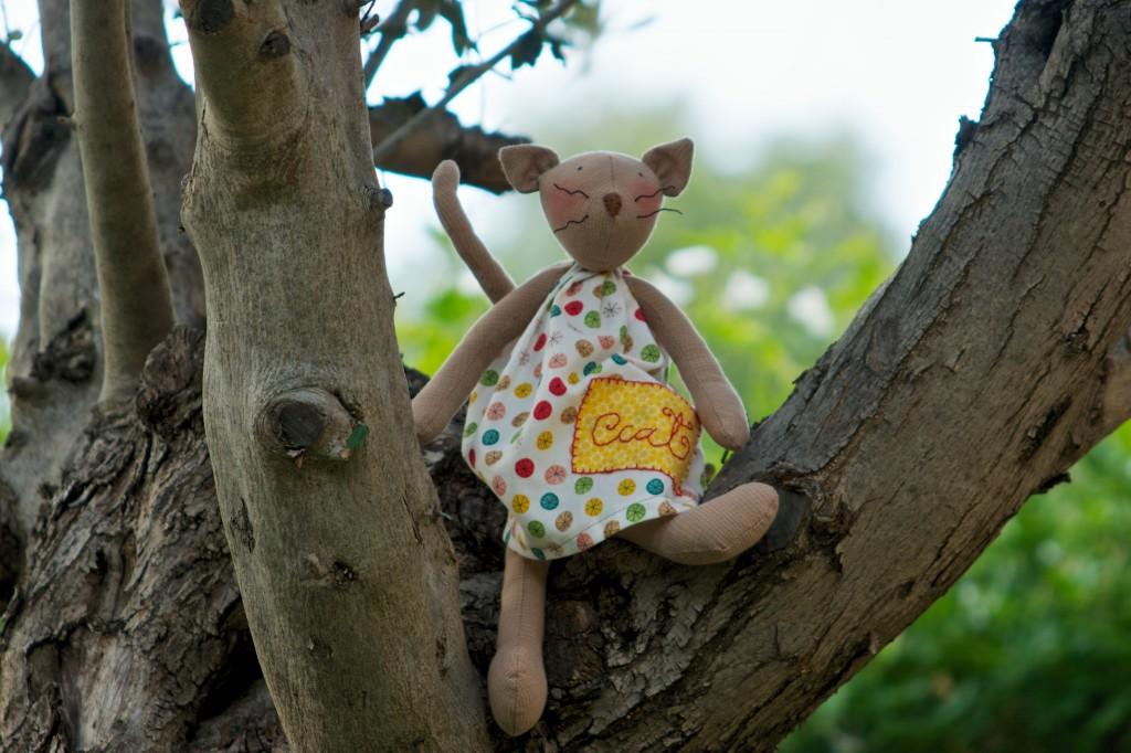 Gatito Tilda en el árbol